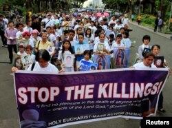 2일 필리핀 마닐라 광역권에서 정부의 마약소탕 작전에 항의하는 시위가 진행되고 있다. 마약 관련 사건에 연루된 혐의로 즉결 처형된 희생자들의 유족들이 '살인을 멈추라'고 적힌 플래카드를 들고 파라냐케 가톨릭 성당까지 행진했다.
