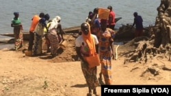 Des ex-combattants Séléka à Bria, en Centrafrique, le 25 février 2017. (VOA/Freeman Sipila)