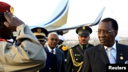 Shugaba Idris Deby na Chadi, lokacin da ya sauka a filin jirgin saman Khartoum don ziyarar aiki a Sudan a watan Fabrairu 2013.