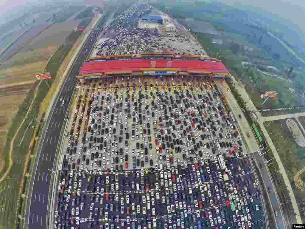 د چین په پکن ښار کې د یوې ملي رخصتۍ ورځې په آخر کې د ترافیک ګڼه ګوڼه