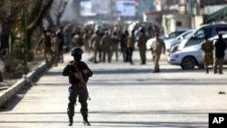 Службовці безпеки на місці самогубної атаки в Кабулі