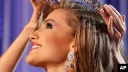 Migbelis Castellanos, de 18 años, reconcilió a su país profundamente politizado, al menos por unas horas, y se convirtió en Miss Venezuela.