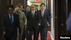 지난 2015년 10월 뉴욕 유엔 총회에 참석한 리수용 북한 외무상(가운데)이 반기문 유엔 사무총장과 회동하기 위해 이동하고 있다.