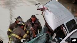 美国奥克拉荷马州穆尔市的紧急救援人员在救护一名龙卷风侵袭时出车祸的司机。(2015年5月6日)