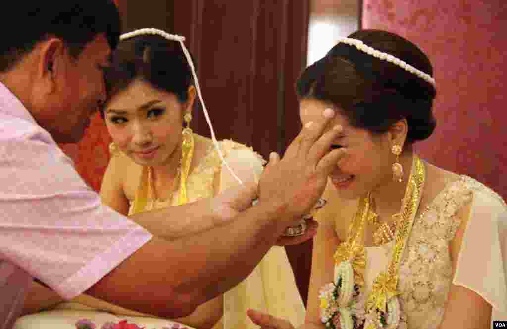 Brides get anointed at the traditional wedding ceremony. (Daniel Schearf/VOA)