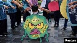 Pertunjukan mengenai virus korona oleh para pelajar di Solo, Jawa Tengah, 6 Februari 2020. (Foto: Antara via Reuters)
