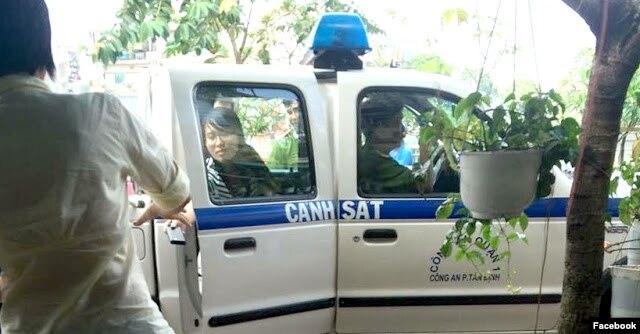 Nguyễn Phương Uyên bị công an bắt lên xe (Ảnh: Facebook Nguyễn Hoàng Vi).