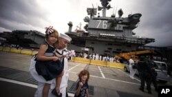 Tripulantes del portaaviones USS Ronald Reagan se reunieron con sus familiares a su llegada al puerto japonés de Yokosuka, al sur de Tokio, el jueves, 1 de octubre de 2015.