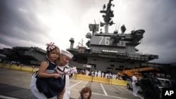 Kru kapal induk Angkatan Laut Amerika bertenaga nuklir USS Ronald Reagan disambut oleh keluarga mereka di Pangkalan Angkatan Laut AS di Yokosuka, utara Tokyo (1/10).