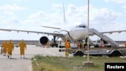 埃及医疗队正走向从武汉撤离的乘客。(2020年2月3日)