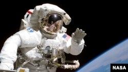 Astronaut u svemirskoj šetnji sa Zemljom u pozaini