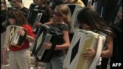 Učenici sviraju harmoniku na stepenicama Kapitola (arhivski snimak)