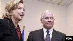 Menteri Luar Negeri AS Hillary Clinton (kiri) dan Menteri Pertahanan Robert Gates.