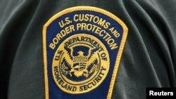 一名海关与边境保护局执法人员手臂上佩戴的标记.