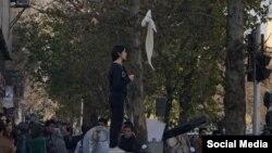 اعتراض یک زن به حجاب اجباری در تظاهرات مشهد