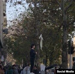 اعتراض یک زن به حجاب اجباری در اعتراضات روزهای اخیر