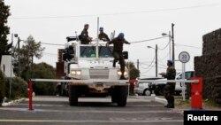 Sebuah kendaraan militer PBB melintasi pintu gerbang basis pasukan PBB dekat Kuneitra perbatasan antara Suriah dan Israel (8/3). PBB tengah bersiap membebaskan 21 anggota tentaranya yang disandera di dataran tinggi Golan oleh para pemberontak Suriah.