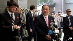 지난 9월 유엔총회에 참석한 리용호 북한 외무상(가운데)이 밀레니엄힐튼 유엔플라자 호텔 앞에서 기자회견을 하고 있다.