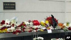 日本大使馆前莫斯科居民献的鲜花