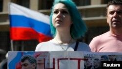 Người ủng hộ phe đối lập cầm biểu ngữ với hình ảnh ông Boris Nemtsov trong cuộc tuần hành ở Moscow, Nga, ngày 6/5/2017.
