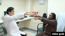 Chuyên viên y tế hướng dẫn bệnh nhân Parkinson (ảnh tư liệu).
