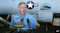 美国海军部长马伯斯7月18日在美国尼米兹号航空母舰上举行的记者会上回答问题