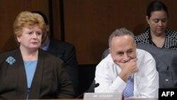Сенаторы Чарльз Шумер (справа) и Дебби Стабеноу