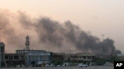Asap hitam mengepul pasca serangan bom di depan sebuah markas polisi di Sadiyah, dekat Baghdad, Iraq, 3 September 2013 (Foto: dok). Seorang pembom bunuh diri menyerang markas kepolisian di kota Baji, Sabtu (21/9). Empat polisi dilaporkan tewas dalam insiden ini.