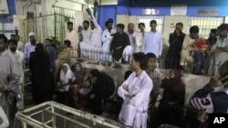 بازماندگان و خانواده های کشته و مجرح شدگان در حمله تروریستی داعش به زیارتگاه صوفی ها در پاکستان