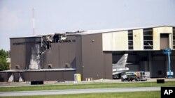 Esta imagen muestra un hangar dañado tras recibir el impacto de un avión bimotor que despegaba en el aeropuerto de Addison, Texas, el domingo, 30 de junio, de 2019. No hubo sobrevivientes.