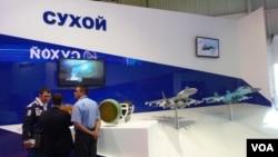 中國黑客特別感興趣俄戰機製造商。俄羅斯蘇霍伊飛機製造聯合體在2013年莫斯科航展上的展台。(美國之音白樺拍攝)