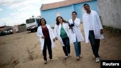Dokter Kuba, Elza Vega Rodriguez (kedua dari kiri) yang menjadi anggota program media Kuba, bersama asistennya para perawat Brazil, bekerja di Piaus, Brazil (foto: ilustrasi).