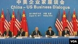 Wapres AS Joe Biden (tengah) dan Wapres Tiongkok Xi Jinping saat mengadakan dialog dengan para pengusaha Tiongkok di Beijing (19/8).