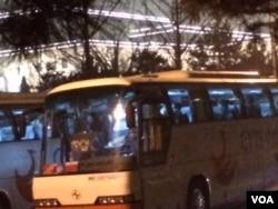 预定在北京国家大剧院首演的朝鲜功勋合唱团在演出前回到大巴车内(美国之音叶兵拍摄)