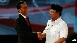Joko Widodo (kiri) berjabat tangan dengan Prabowo Subianto usai Debat Capres 2014 pada tanggal 15 Juni 2014 (foto: dok).