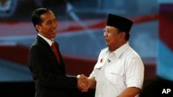"Indonesia's presidential candidates Joko ""Jokowi"" Widodo (L) and Prabowo Subianto shake hands after a debate in Jakarta June 15, 2014."