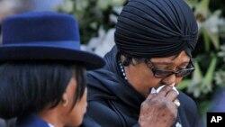 FILE - UNkosikazi Winnie Madikizela-Mandela ukhalela umuyi uMnu. Nelson Mandela ngomyaka ka2013.