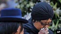 Winnie Madikizela-Mandela, l'ex-épouse de Nelson Mandela, en pleurs à Pretoria, Afrique du Sud, 11 décembre 2013.