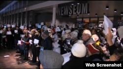 Dân chúng tụ tập trước Viện bảo tàng Newseum trong thủ đô Washington, Hoa Kỳ để bày tỏ tinh thần đồng cảm với dân Pháp sau vụ tấn công khủng bố tại tòa báo Charlie Hebdo, 8/1/15