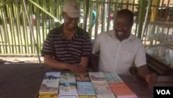 UMnu. Khulekani Ncube loMnu. Mlungisi Ndlovu babuka ingwalo ezidingwe nguNcube.