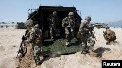 지난해 3월 한국 포항에서 합동 상륙훈련 중인 한국군과 미 해병대 병력. (자료사진)