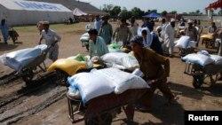 Những người tản cư nhận trợ cấp của Chương trình Lương thực Thế giới (WFP) tại một địa điểm phân phối cho người tản cư tại Bannu, tỉnh Khyber-Pakhtunkhwa, Pakistan, ngày 6/7/2014.