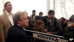 Premijer Srbije Aleksandar Vučić i visoki komesar UN za izbeglice Antonio Gutereš tokom obilaska prihvatnog centra u Preševu