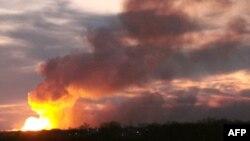 Những đám lửa bốc lên từ nhà kho trong những vụ nổ liên tiếp tại một kho vũ khí của Nga
