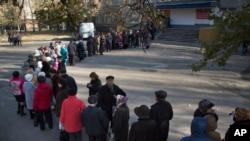 우크라이나 동부 도네츠크시의 한 투표소에 길게 줄 서있는 사람들