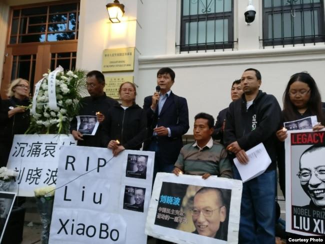 中国驻旧金山总领馆前举行的刘晓波纪念会(方政提供)