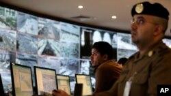 Polisi Saudi melakukan pengawasan dari sebuah kamera CCTV (foto: dok). Pihak berwenang Saudi menangkap 18 tersangka mata-mata.