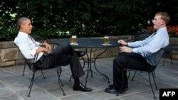 باراک اوباما و داکوتا مئیر در تراس دفتر کار رئیس جمهوری آمریکا . آقای اوباما معمولا از میهمانانش با آبجوی مخصوص کاخ سفید پذیرایی می کند.