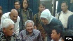 Arrival Dwi Santosa (duduk, kedua dari kanan) berbincang-bincang dengan Menko Perekonomian Hatta Rajasa (duduk, pertama dari kiri).
