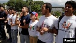 Manifestants lors d'un rassemblement d'étudiants contre le gouvernement du président vénézuélien Nicolas Maduro à Caracas, Venezuela, 21 octobre 2016.